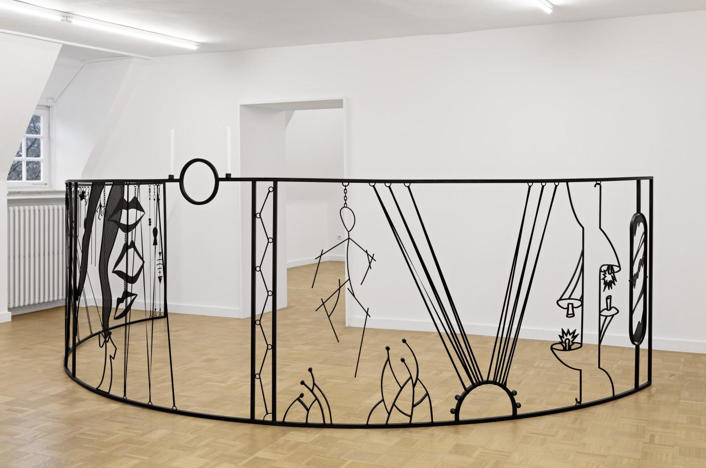 """Das Objekt """"Le théâtre inversé"""" von Julie Béna ist eine mit schwarzer Patina überzogene, halbrunde Stahlkonstruktion im Raum.  Die Arbeit orientiert sich an der Form des Panoramabildes, das eine Sonderform der dreidimensionalen Trompe-lòeil-Malerei darstellt und im 19. Jahrhundert zum populären Medium der frühen Unterhaltungsindustrie avancierte."""