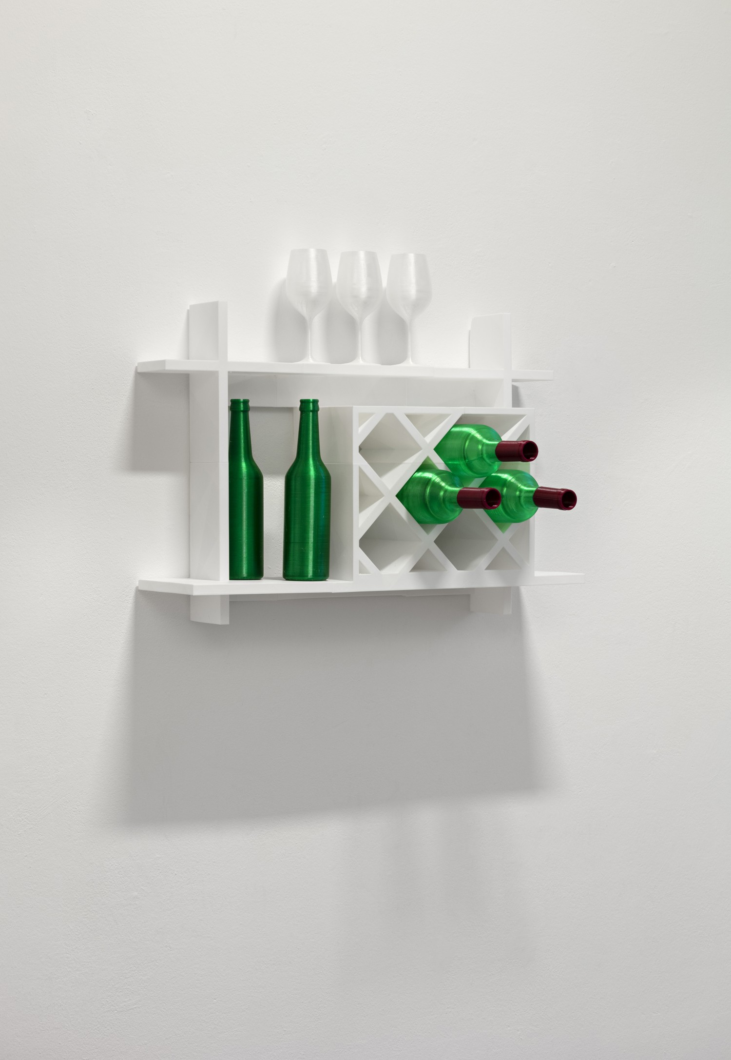 Ein 3D-gedrucktes weißes Wandregal, in dem 3D-gedruckte grüne Flaschen und weiße Gläser stehen.