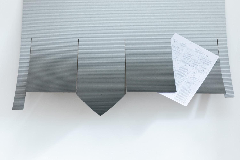 """Die Arbeit """"The players (D is Dorian)"""" von Beatriz Olabarrieta ist Teil der Serie """"The players"""", bestehend aus Melaminplatten, die von grafischen oder semantischen Strukturen ausgehen, um das Verhältnis von Zeichen und Bedeutung neu zu konstituieren."""