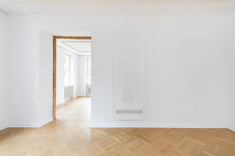 """Die Arbeit """"Ghost"""" von Leda Bourgogne besteht aus Lack, Zeitungspapier auf Holz und Aluminium. Durch das weiße Gitter am unteren Bildrand lässt sich die das Werk tragende Wand erkennen."""
