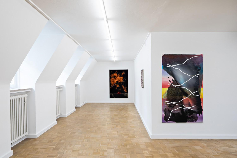 Die ausgestellten Werke im 1. OG stammen von Leda Bourgogne und Samuel Richardot. Der Blick auf *Obsidian Mouth* und *Alias* eröffnet einen spannenden Kontrast, welcher zurückzuführen ist auf die unterschiedlichen malerischer Praxen.