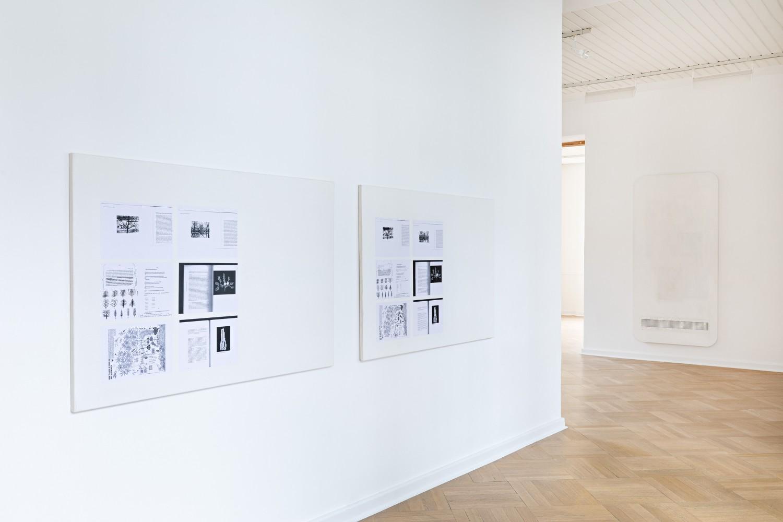 Das Diptychon *Conversation under a tree* entstand in Zusammenarbeit des Konzeptkünstlers Olivier Foulon und des Malers Alexander Lieck. Obwohl die beiden Leinwände zunächst identisch wirken, weisen sie bei näherer Betrachtung Unterschiede auf.