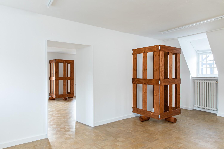Auch im Obergeschoss wurden Holzgatter installiert. Eins im vorderen Raum und zwei im hinteren, wobei auf der Ausstellungsansicht nur das vorderste und das hinterste zu sehen sind. Generell lassen sich immer höchstens zwei Gatter gleichzeitig sehen.