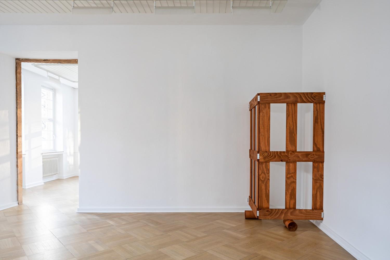 Im nächsten Raum setzt sich das zweiseitige Holzgatter fort. Auch hier steht es auf zwei Holzwalzen und die offenen Seiten sind an der Wand montiert..