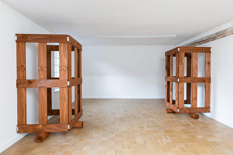 Im kleinen Raum im Obergeschoss stehen sich als einziges in der ganzen Ausstellung zwei Gatter gegenüber. Sie spiegeln sich aber nicht, sondern lassen sich vielmehr als Fortsetzung des jeweils anderen Parts verstehen.
