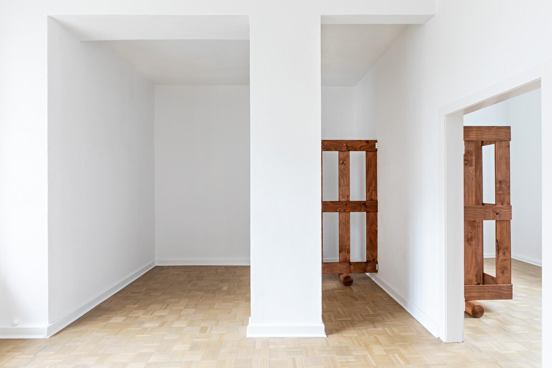 Tritt man einen Schritt zurück, wird auch das Gatter im nächsten, kleineren Ausstellungsraum sichtbar.