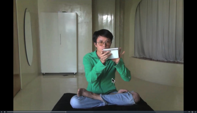 """Bildschirmaufnahme der Projektseite """"Desktop"""" des Künstlers Lin Ke. Die Videos in seiner Arbeit """"Desktop"""" beziehen sich auf das Streichen über einen Touchscreen, dem Klicken mit der Maus und anderen taktilen Tätigkeiten bei der Benutzung digitaler Geräte. Hier greifen die reale und die virtuelle Welt ineinander: Die Videos blinzeln dem Betrachter zu, gestikulieren und erzeugen die Illusion, mit Dateien interagieren zu können, mit ihnen zu tanzen oder den Mauszeiger zu bewegen, als würde er über den Bildschirm fliegen. Die Performances von Lin Ke schweben zwischen der Innenwelt des Computers und der physischen Außenwelt und verbinden beide mit seiner eigenen körperlichen Präsenz."""